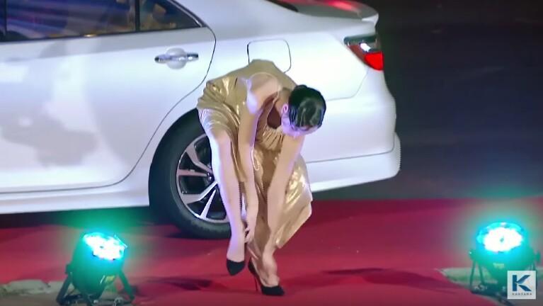 เทีย ทีมบี สะดุดเกือบล้ม เพราะชุดยาวไปติดรองเท้า ในรายการ The Face Thailand Season 3 Episode 3 ออกอากาศช่อง 33 HD วันเสาร์ที่ 18 กุมภาพันธ์ 2560