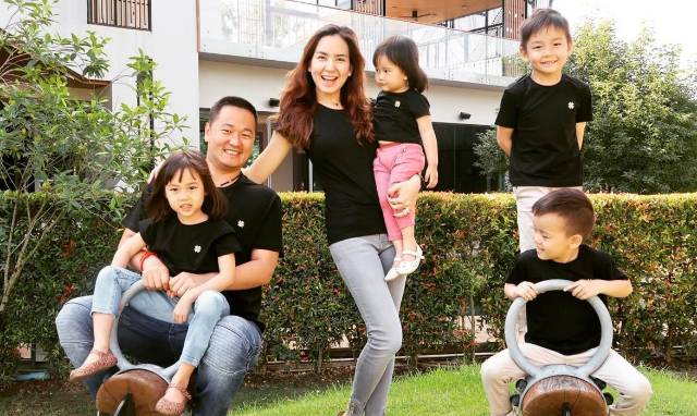 พลอย ชิดจันทร์ คุณแม่ลูกสาม ในวัย 29 กับสามี และลูกทั้งสี่คน