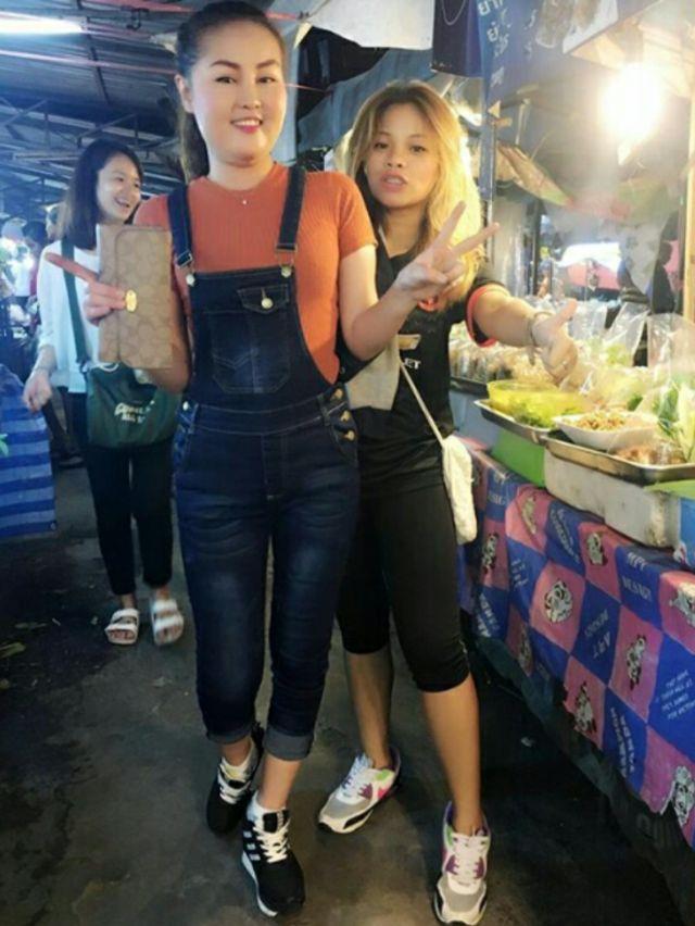 หญิงลี ศรีจุมพล เดินออกกำลังขาที่ตลาดวงศกร แถวสายไหม วันที่ 23 เมษายน 2560