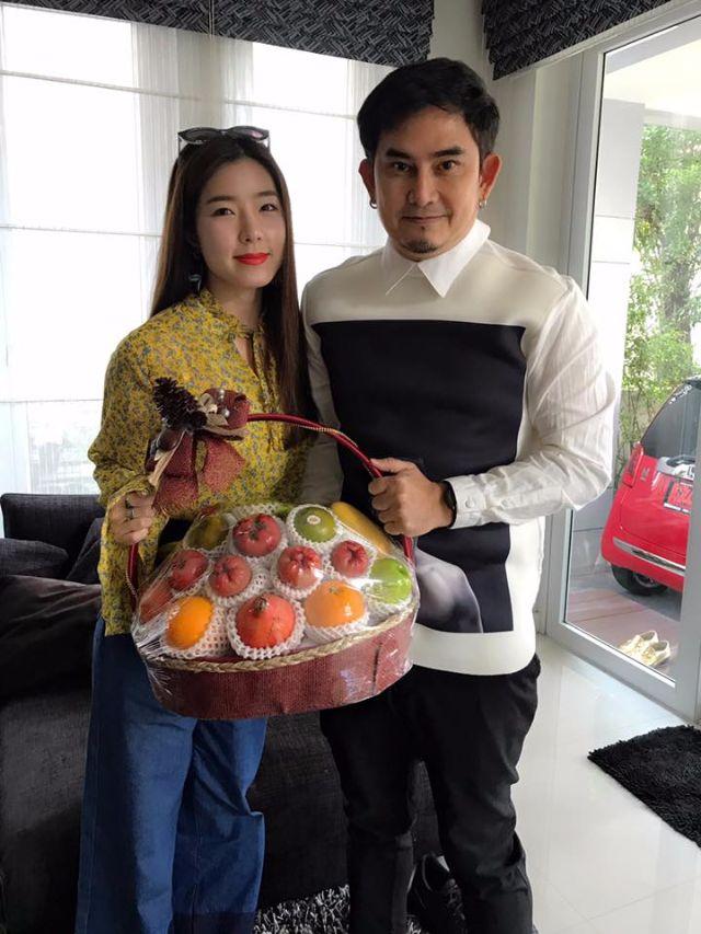 จียอน ถือกระเช้าเข้าขอโทษ พจน์ อานนท์ ที่บ้านพักย่านรัชดา ในวันที่ 1 พฤษภาคม 2560