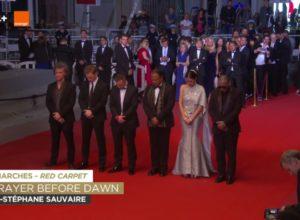 ทีมนักแสดงและผู้กำกับหนังเรื่อง A Prayer Before Dawn ยืนไว้อาลัยให้กับในหลวงรัชกาลที่ 9