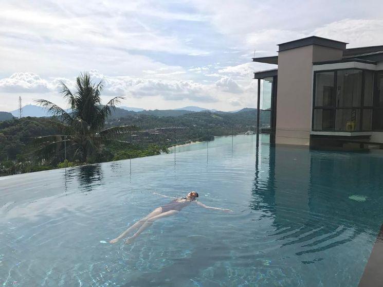 อั้ม พัชราภา ไชยเชื้อ ว่ายน้ำในสระโรงแรม ที่เกาะภูเก็ต 2 พฤษภาคม 2560