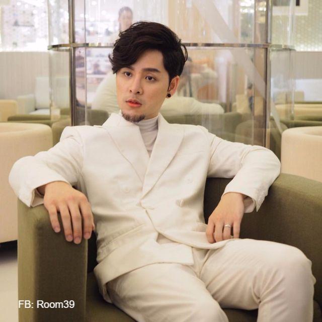ทอม อิศรา หรือ ทอม รูม39 ในชุดสูทสีขาว