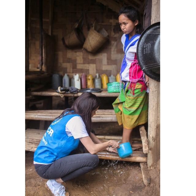 ปู ไปรยา ก้มล้างเท้าให้เด็กผู้ลี้ภัย ในฐานะฑูตสันถวไมตรี UNHCR