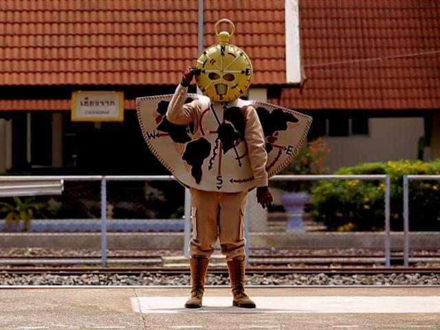 หน้ากากเข็มทิศ คือ แสตมป์ อภิวัชร์ ที่สถานีรถไฟเชียงราก