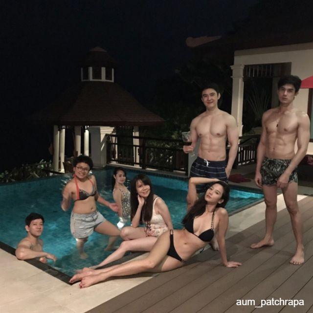อั้ม พัชราภา ในชุดว่ายน้ำทูพีช กับเพื่อนๆ บริเวณริมสระน้ำ ที่คอนติเนนตัล พัทยา รีสอร์ท-1