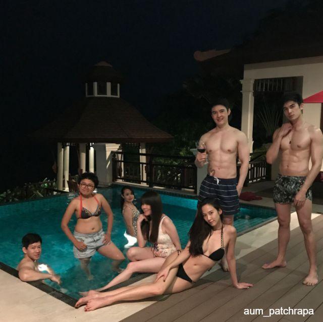 อั้ม พัชราภา ในชุดว่ายน้ำทูพีช กับเพื่อนๆ บริเวณริมสระน้ำ ที่คอนติเนนตัล พัทยา รีสอร์ท-3