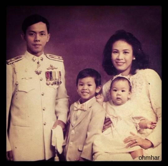 คุณพ่อ คุณแม่ น้องสาว และโอม ค็อกเทล ในวัยเด็ก