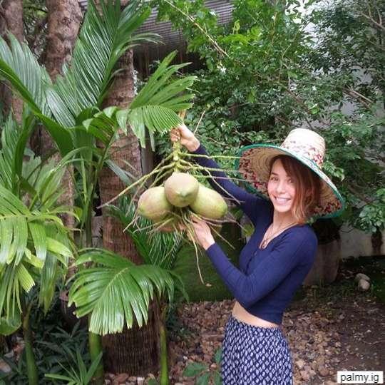 ปาล์มมี่ ถ่ายกับมะพร้าวที่ปลูกเองในบ้าน