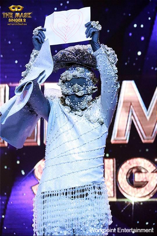 หน้ากากหอยนางรม ชูรูปหัวใจที่เตรียมมาแทนคำพูดต่อหน้ากรรมการ The Mask Singer ซีซัน 2