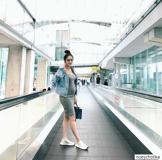 เนย โชติกา ขณะตั้งครรภ์ได้ 6 เดือนกำลังขึ้นเครื่องไปภูเก็ต ที่สนามบิน