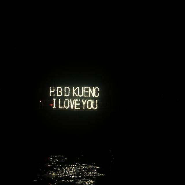 พลุไฟข้อความ hbd kueng i love you ในวันเกิดกึ้ง เฉลิมชัย ปี 2558