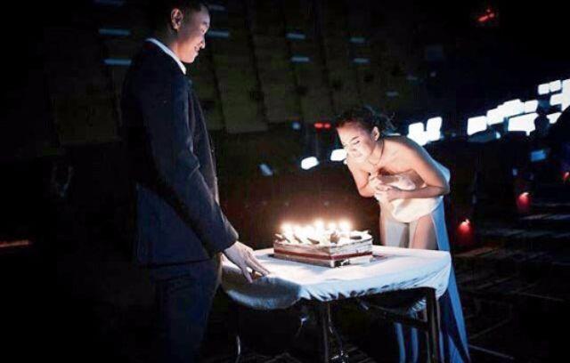 เจนี่ กำลังเป่าเค้กวันเกิดที่ กึ้งปิดโรงหนังเซอร์ไพรส์ให้ ปี 2558