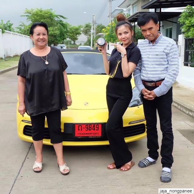 จ๊ะ อาร์สยาม กับพ่อแม่ กับรถปอร์เช่ รุ่นบ็อกซเตอร์ 718 เอส สีเหลืองป้ายแดง