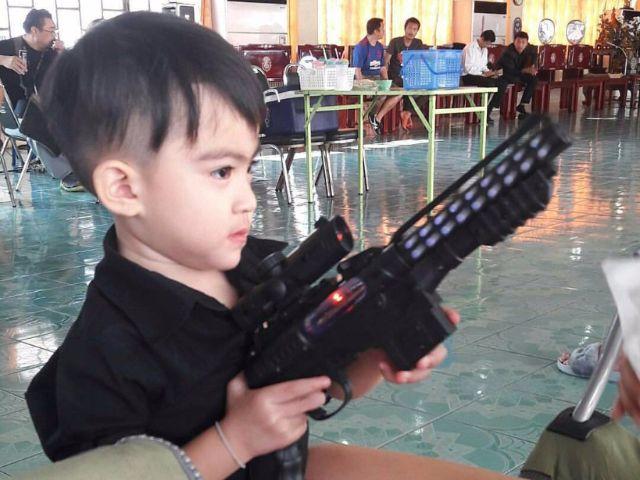 น้องสกาย กำลังถือปืนเด็กเล่น