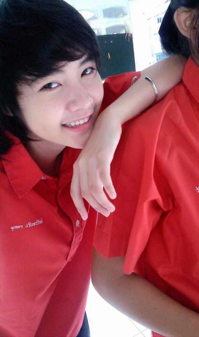 มุกดา นรินทร์รักษ์ ในชุดพละสีแดง สมัยยังเรียนอยู่มัธยม