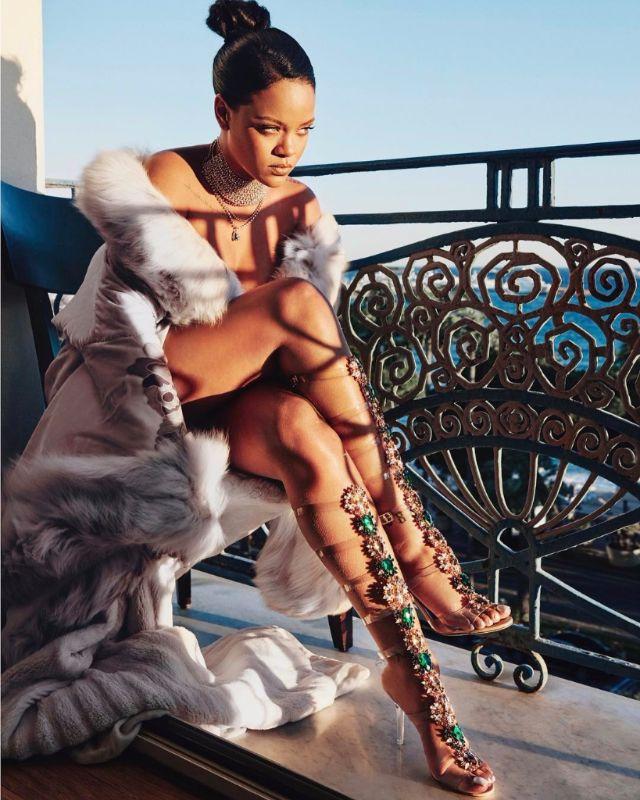 รีฮันน่า กับรองเท้าที่เธอออกแบบภายใต้แบรนด์ Manolo Blahnik รุ่น Poison Ivy