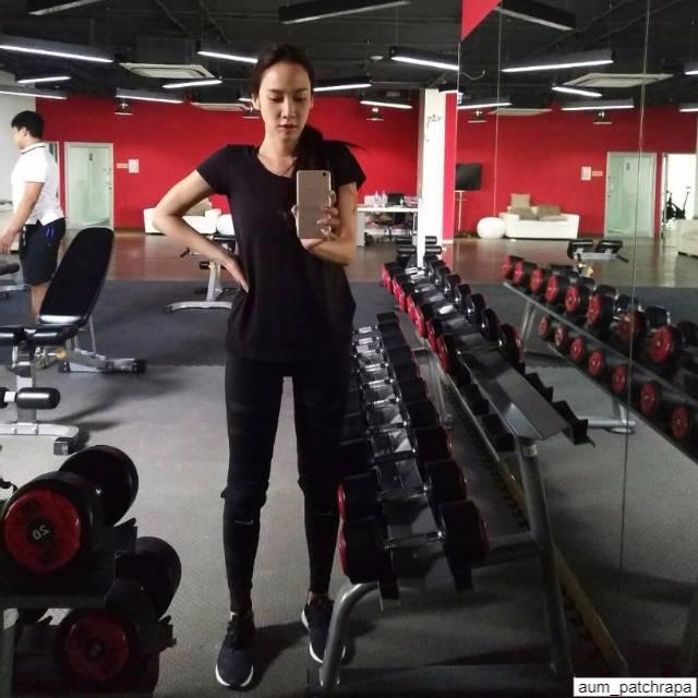 อั้ม พัชรา กำลังออกกำลังกายที่ฟิตเนส