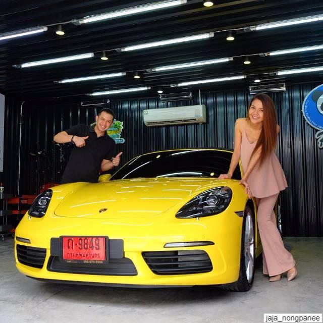 แจ๊ค ธนพล กับ จ๊ะ อาร์สยาม หรือ นงผณี มหาดไทย กับรถสปอร์ต porsche 718 boxster s สีเหลือง