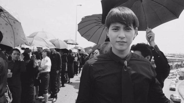 เจมส์ จิรายุ ตั้งศรีสุข ต่อแถวถวายดอกไม้จันทน์ ท่ามกลางประชาชนเรือนหมื่น ที่สนามกีฬาธูปะเตมีย์ ดอนเมือง