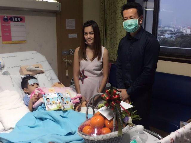 ผู้บริหารช่อง 3 เดินทางมาเยี่ยม และมอบเงินจำนวนหนึ่งเป็นค่ารักษาพยาบาล น้องสกาย ธฤต