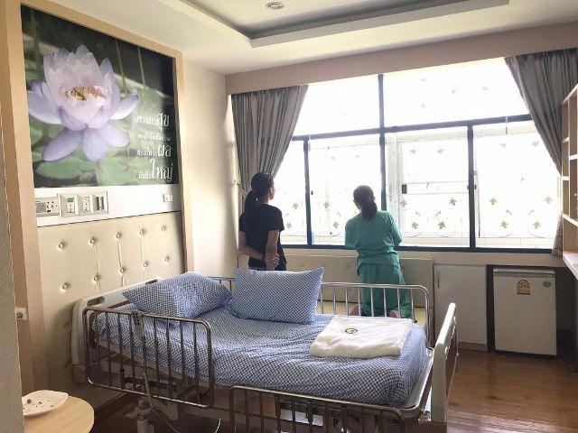 สภาพภายในห้องผู้ป่วยของคุณแม่ ทราย เจริญปุระ ที่โรงพยาบาล ศรีธัญญา