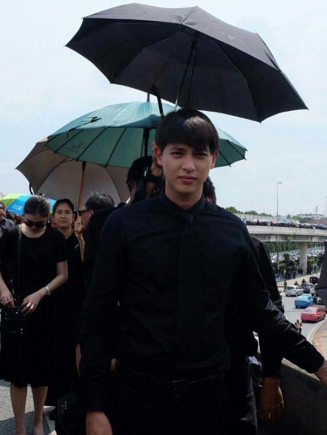 เจมส์ จิรายุ ตั้งศรีสุข ต่อแถวถวายดอกไม้จันทน์ ที่สนามกีฬาธูปเตมีย์
