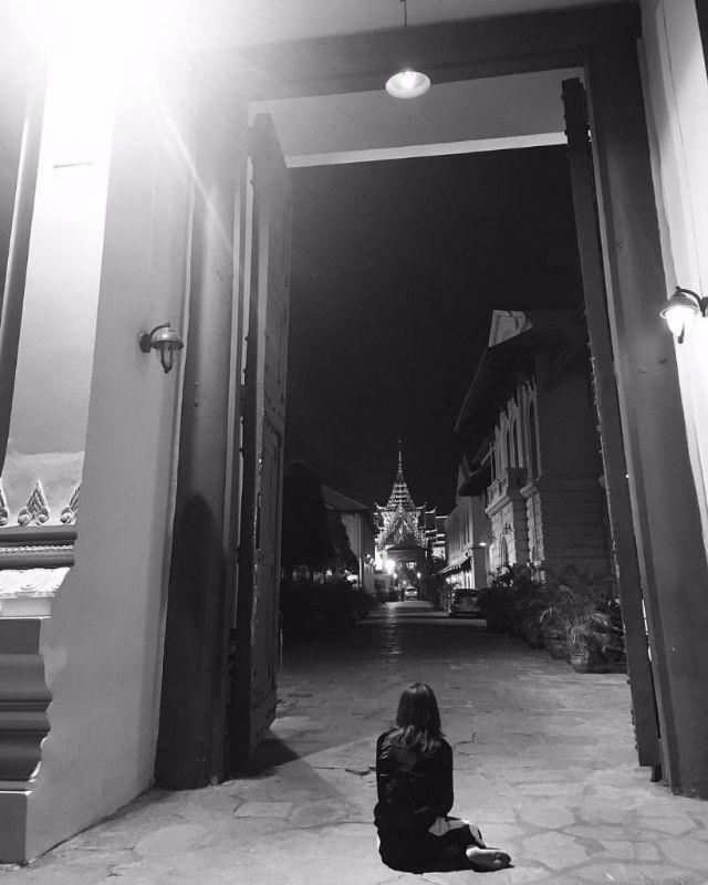 เชียร์ ฑิฆัมพร นั่งพับเพียบลงกราบ ในหลวงรัชกาลที่ 9 ที่หน้าประตูพระบรมมหาราชวัง