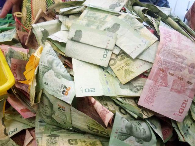 เงินสด ที่ได้จากการวิ่งวันแรกของ วรเชษฐ์ เอมเปีย ที่อำเภอพนัสนิคม ชลบุรี