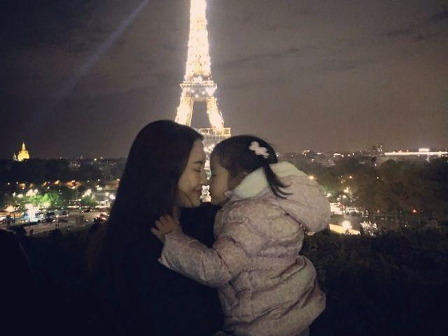 แอฟ ทักษอร กับน้องปีใหม่ ที่หอไอเฟล ปารีส ฝรั่งเศส