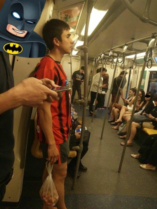 ณเดชน์ คูกิมิยะ ถือถุงมะขามอยู่บนรถไฟฟ้า BTS