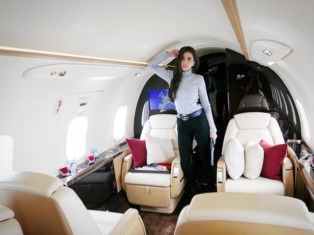 แต่ที่น่าอิจฉาที่สุดตอนนี้เห็นทีจะเป็นการใช้ชีวิตแบบหรูหราตลอดระยะเวลาที่ท่องเที่ยวในยุโรป ที่เห็นเด่นๆ ก็คงเป็นการนั่งเครื่องบินสุดหรู ที่ดูรูปก็รู้แล้วว่ามีความเป็นส่วนตัวสุดๆ ถ้าไม่รวยจริงก็ทำแบบเธอไม่ได้นะ ขอบอก