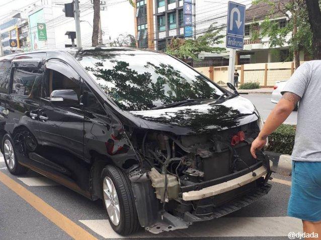 สภาพรถยนต์ยี่ห้อ Toyota Alphard สีดำ ของ ดีเจดาด้า ที่ช่างในศูนย์บริการรถยนต์ชื่อดังเอาไปลองขับ จนประสบอุบัติเหตุ