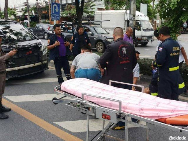 ตำรวจ-เจ้าหน้าที่มูลนิธิฯ เข้าให้การช่วยเหลือผู้ขับขี่รถจักรยานยนต์ ที่ได้รับบาดเจ็บ เหตุเกิดที่ ถนนสิริธร ย่านฝั่งธนบุรี