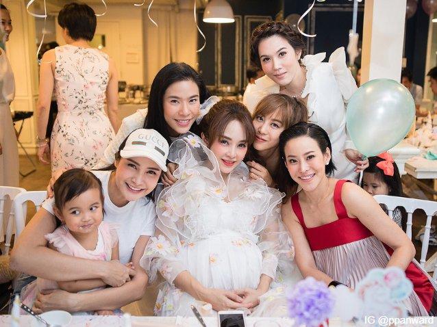 เป้ย ปานวาด และเพื่อน ๆ ในงาน Baby Shower ต้อนรับการลืมตาดูโลกของ น้องปราน ปาลิน เมื่อวันที่ 31 ส.ค. ที่ผ่านมา