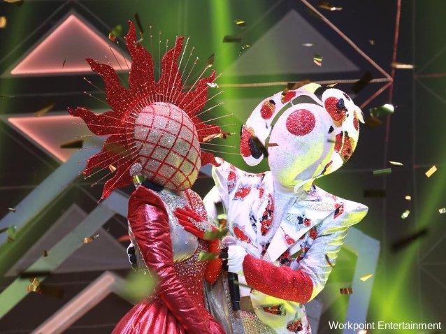 หน้ากากปลาคาร์ฟ เข้าแสดงความยินดีกับ หน้ากาก The Sun หลังได้รับคะแนนโหวตจากคนดูให้เป็นแชมป์รายการ The Mask Project A