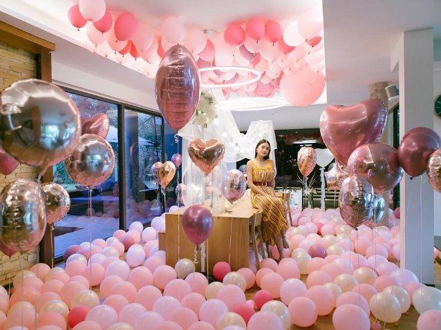 ดีเจพีเค ได้เสกสรรค์ห้องให้เต็มไปด้วยลูกโป่งสีชมพูหวานแหวว และอุปกรณ์ตกแต่งอีกมากมาย ที่ขนมาเพื่อจัดงานปาร์ตี้เซอร์ไพรส์วันเกิดให้กับ โยเกิร์ต