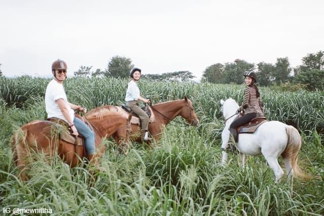 ไฮโซเซนต์, มิว นิษฐา และ มิ้นต์ ชาลิดา ขณะกำลังขี่ม้าที่ โบนันซ่า เขาใหญ่