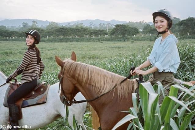 มิว นิษฐา และ มิ้นต์ ชาลิดา ขณะกำลังขี่ม้าที่ โบนันซ่า เขาใหญ่