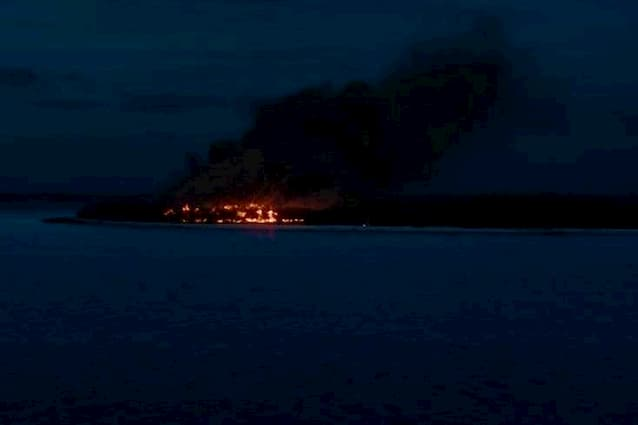 พื้นที่หนึ่งในสามของเกาะก็ลุกโชนไปด้วยเปลวไฟ และควันอันหนาทึบ ใน Sweetheart (2019)
