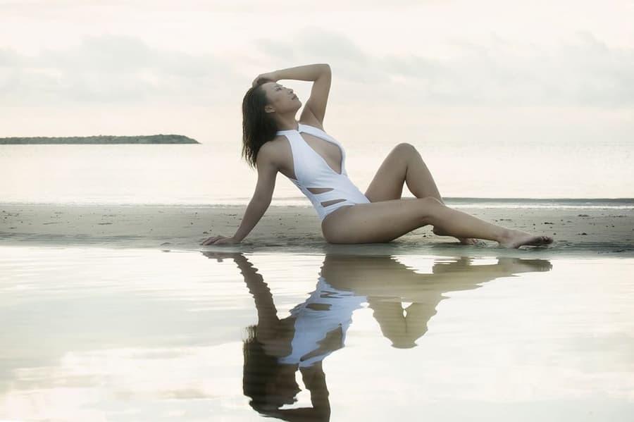 ลาล่า อาร์สยาม ชุดว่ายน้ำแหวกอกสีขาว