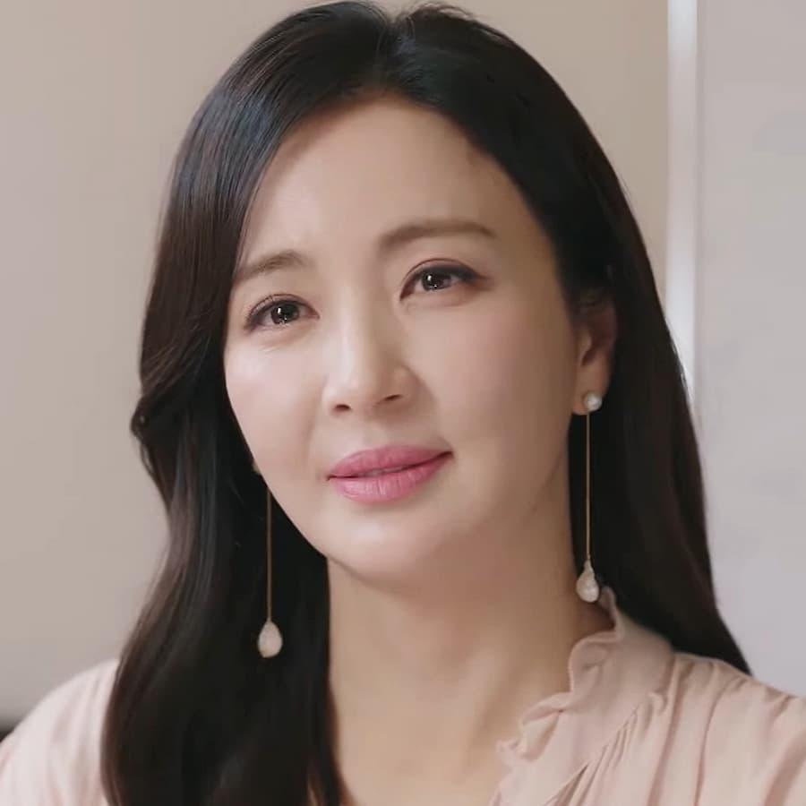 แม่ของอามีที่เพิ่งกลับมาเกาหลี เป็นอดีตภรรยาของโจอุน