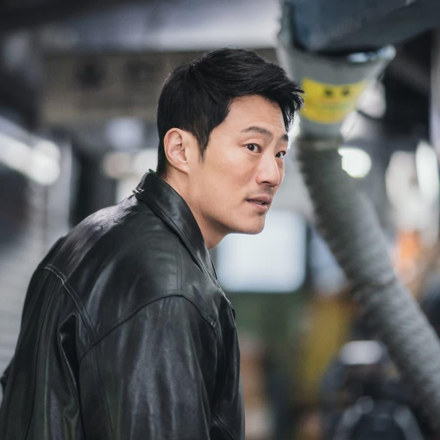 ตำรวจนักสืบโกมูจี เขาเป็นเด็กผู้รอดชีวิตและเป็นผู้นำจับนักล่าหัวฮันซอจุน เป้าหมายเดียวในชีวิตคือล้างแค้นให้พ่อแม่