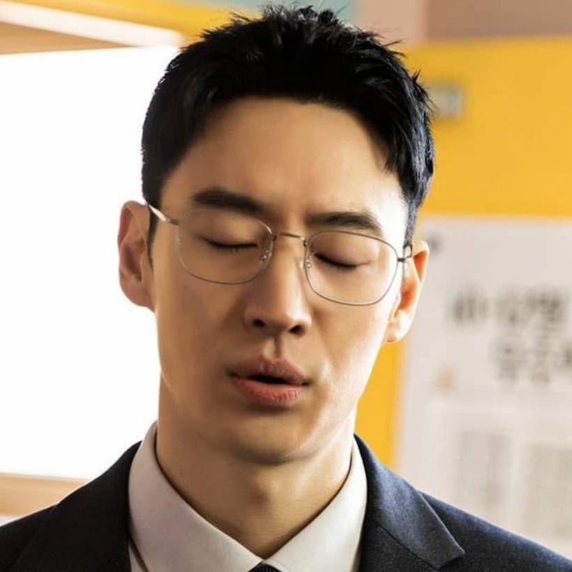 คิมโดกี (รับบทโดย อีเจฮุน) ปลอมตัวเป็นอาจารย์ชั่วคราว เพื่อไปสืบเรื่องความรุนแรงในโรงเรียนมัธยมปลาย