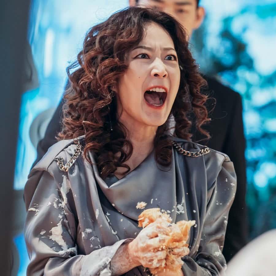 จินฮี ลูกสาวคนเดียวของตระกูลฮโยวอน ผู้วีนแตกอย่างกับเด็ก ๆ